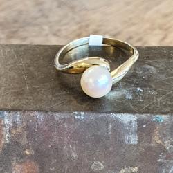 Geel gouden ring met een parel maat 17