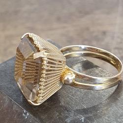 Geel gouden ring met een rooktopaas maat 17