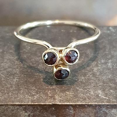 Geelgouden ring met 3x granaat