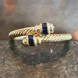 Geelgouden ring met blauw saffier