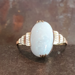 Geelgouden ring met melkopaal