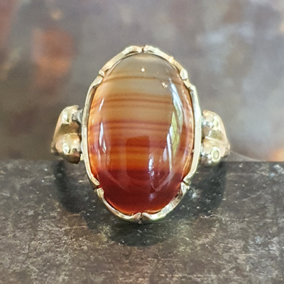Geelgouden ring met streep agaath