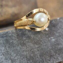 parel ring met slang motief